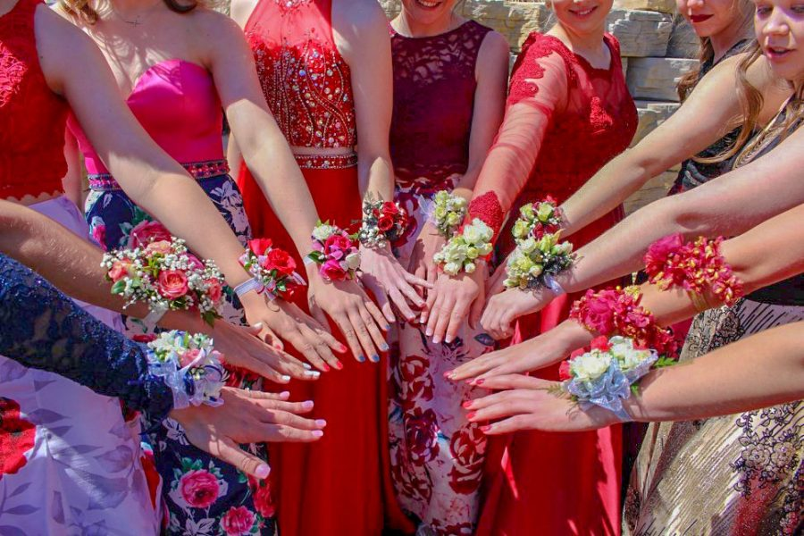 Students+show+off+their+corsages+during+prom+pictures.