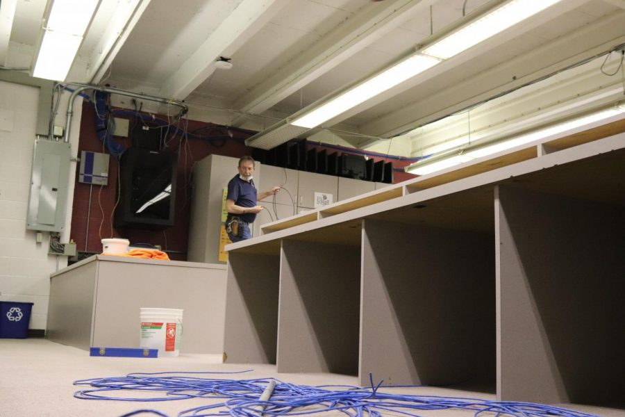 Custodians dismantle the Mac Lab to be replaced by a student lounge area. In the past, photoshop and journalism students studied in this area.